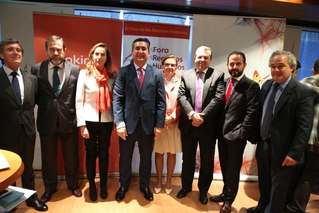 Francisco García Cabello, fundador del Foro de RRHH, con todos los miembros de la mesa redonda y distinguidos