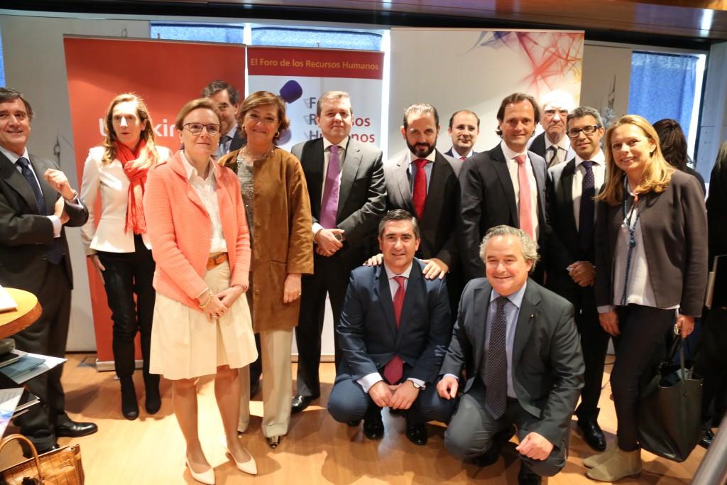 El director del Foro de RRHH con los miembros de la mesa redonda, distinguidos y varios invitados