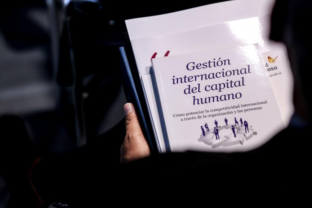 """Los invitados recibieron el libro """"Gestión internacional del capital humano"""", gentileza de Gas Natural Fenosa"""