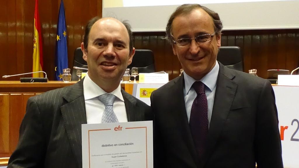 SUPER Cuidadores recibe el certificado efr de la mano del ministro Alonso
