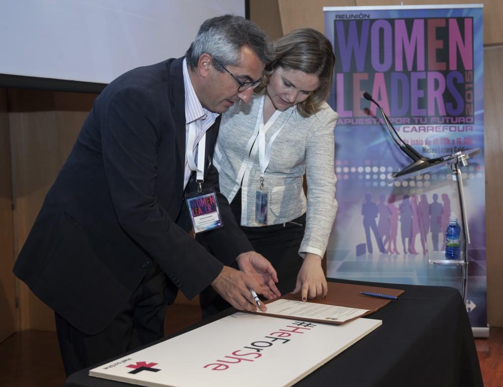 Pascal Clouzard, Director General de Carrefour, e   Isabel Garro, Directora General  de Red Pacto Mundial España, durante la firma del acuerdo