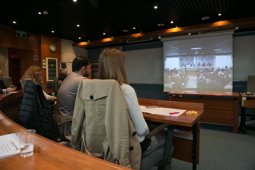 Directores de RRHH escuchando la mesa debate desde otra sala en ESADE