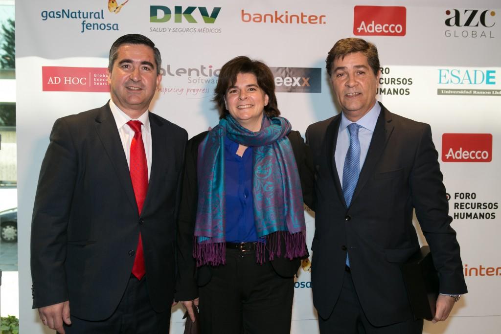 El director del Foro RRHH con Rosa Allegue, CFO & HR Manager Skechers USA Iberia, y Luis Expósito, Director de RRHH de Mediaset España