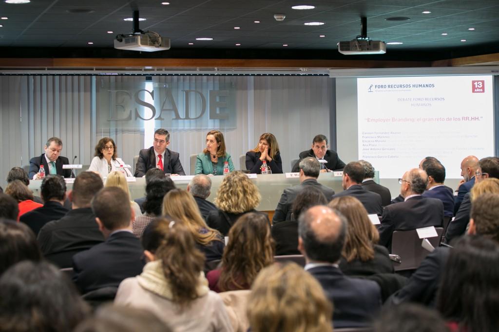 Los asistentes escuchan interesados a Carmen Fernández Álvarez