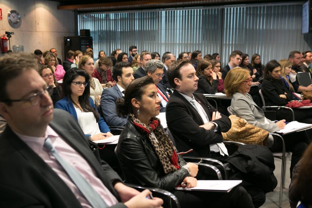 Los más de 150 asistentes escuchando a José Antonio González