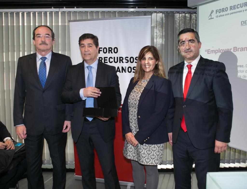 Luis Expósito, Director de RRHH de Mediaset España, recoge la Distinción Foro RRHH 2016 en compañía de Jorge Díez Ticio, Director de RRHH de DKV; Encarna Maroño, Directora de RRHH de Adecco; y Francisco García Cabello