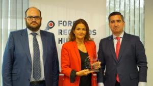Carmen Salamero, directora de Recursos Humanos LVMH Perfumes y Cosméticos Iberia, recoge su distinción de manos de Jorge Molinero, Director General del Grupo Atisa, y el fundador del Foro RRHH
