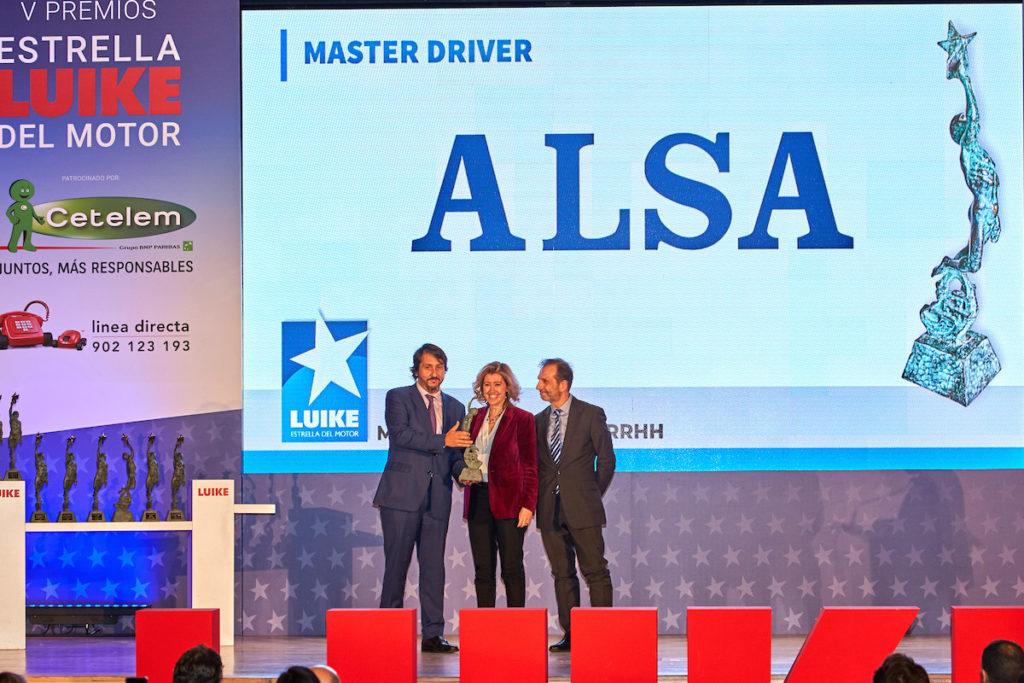 Francisco Iglesias, consejero delegado de ALSA, y Juan Antonio Esteban, director de Recursos Humanos, reciben el premio de manos de María Sánchez-Arjona, presidenta de Fundación máshumano